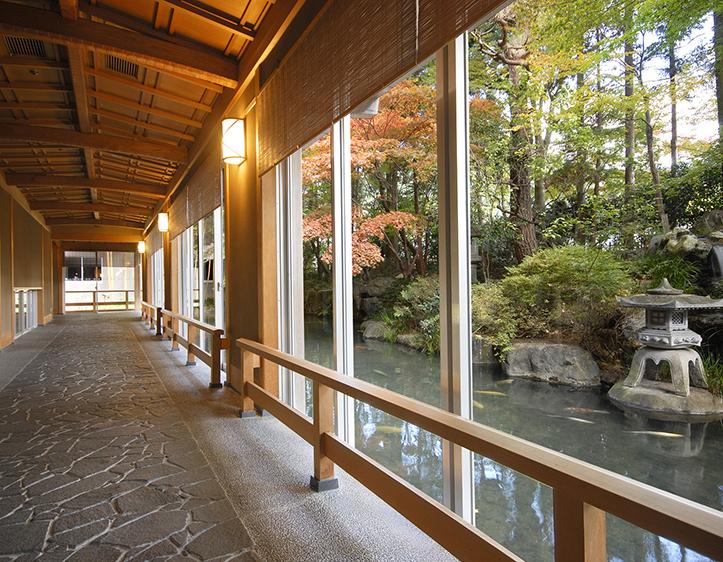 臨川閣1階の日本庭園