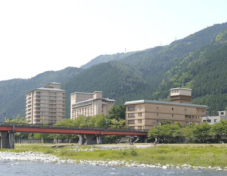 飛騨川沿いに4つの館が並ぶ水明館